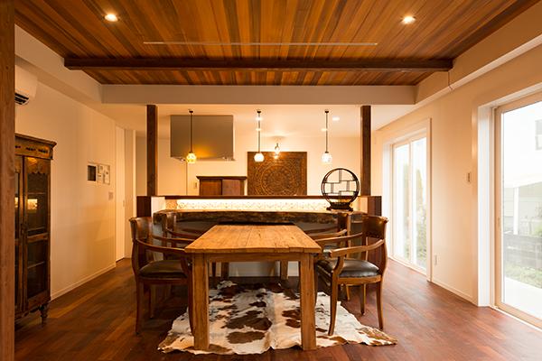 床材はインドネシアのメルバウ、天井は人気のレッドシダーを使用した奥行きのあるリビング