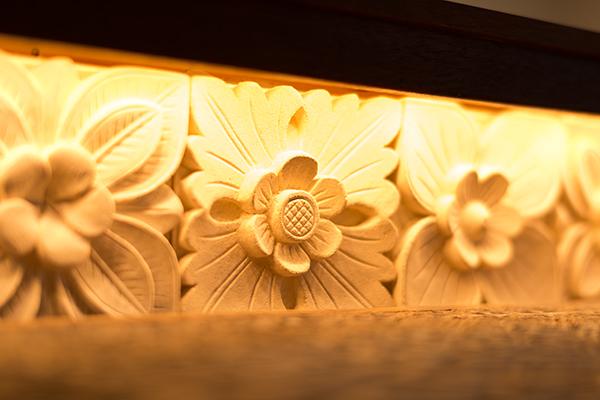 花柄の天然石が間接照明によりライトアップされ、和みのシンボルに。